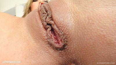 Шлюха мастурбирует большую письку перед подругой с камерой