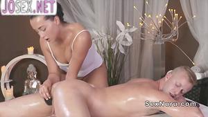 Потрясающая массажистка трахается с клиентом
