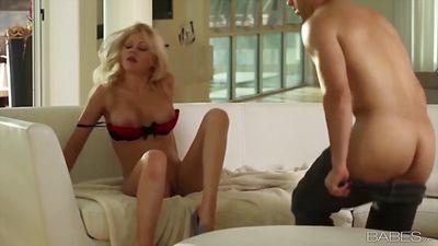 Нежная блондинка Райли Стил трахается с парнем.