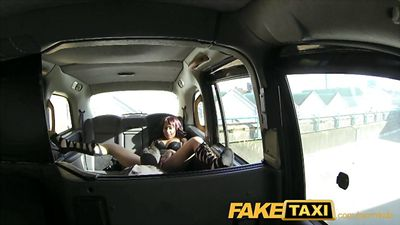 Водитель такси отлизал писю и трахнул пассажирку.