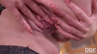 Толстая женщина в сексуальном белье трахает письку