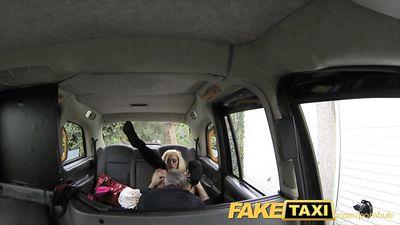 Седой водитель такси порет блонди в анальчик