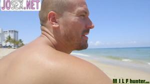 Красавчик снял на пляже брюнетку и трахает ее.