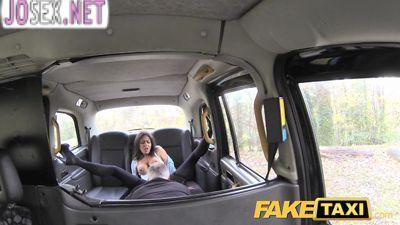 Седой водитель такси трахает молодую брюнетку.