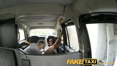 Седой водитель такси вылизал писю пассажирке и трахнул в ана...