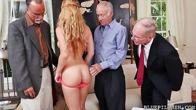 Три старых деда сняли блондиночку и устроили групповуху....