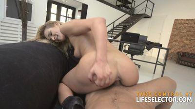 Богатый бизнесмен трахает сексуальную секретаршу в дырки...