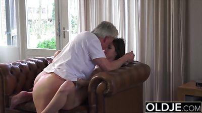 Молодая малышка трахается с седым дедом и глотает сперму.
