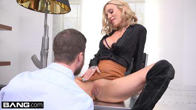 Блонди Sarah Jessie приказала ассистенту отлизать пизду и трахнут...