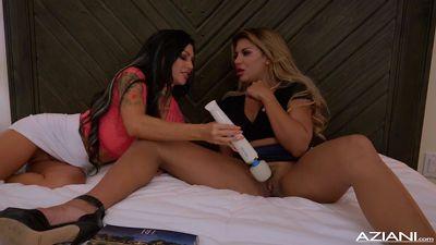 Грудастые лесбиянки выпили вина и трахнулись на кровати