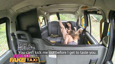 Страстные готки лесбиянки трахаются в такси до оргазма