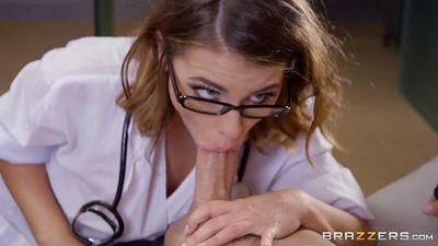 Похотливая докторица Adriana Chechik кончает сквиртом...