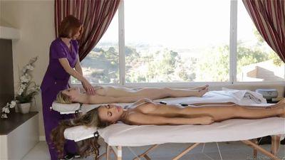 Массажистка лесбиянка пригласила крошек на массаж и выебала их