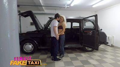 Зрелая водитель такси трахнулась в гараже с молодым