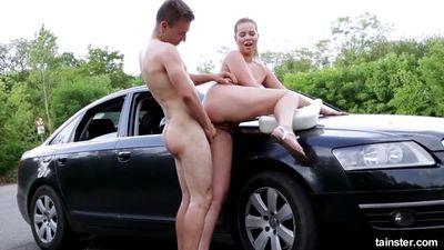 Nikki Dream обосцала мужика на асфальте и скачет на его члене...