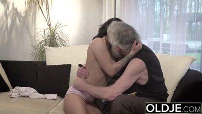 Старый похотливый дед трахается свою внучку