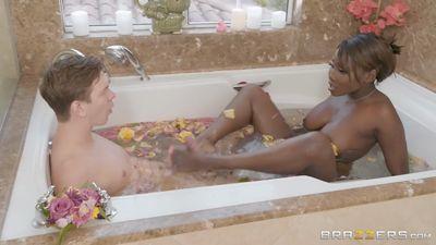 Пасынок трахнул мачеху Osa Lovely в ванной...