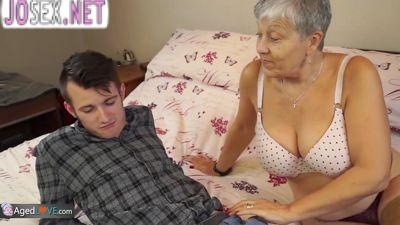 Седая старушка трахается с молодым студентом