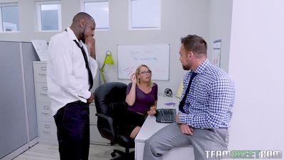 Zoey Monroe трахнулась в офисе с двумя сотрудниками